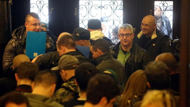 Kopaszok lepték el a választási iroda auláját / Fotó: Weber Zsolt