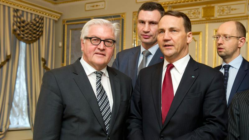 Radosław Sikorski i przywódcy opozycji po podpisaniu porozumienia