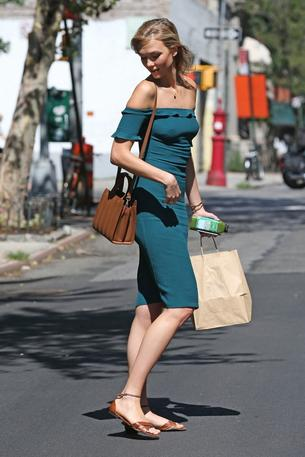 Best look: Karlie Kloss w sukience The Reformation