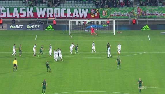 Śląsk - Lech (0:0): Putnocky znów w opałach. Tym razem uderzał Robak, Słowak znów książkowo odbił piłkę