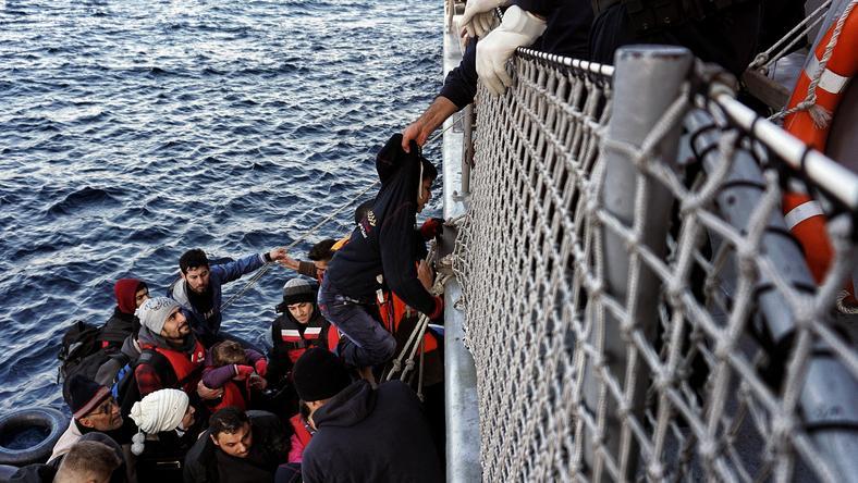 A menekülők lebuktak a csónakkal Görögországnál, kimentették őket, de sorsuk ezzel még nem rendeződött / Fotó: AFP