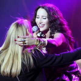 Kasia Bujakiewicz z córką na scenie podczas koncertu Justyny Steczkowskiej