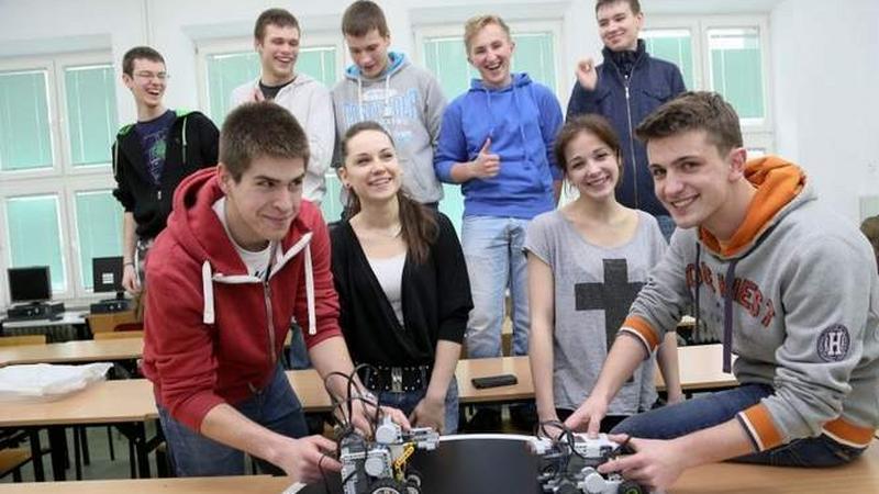 Rafał Sauć (pierwszy z lewej), Nikola Iwacewicz, Martyna Nitkiewicz, Daniel Stankiewicz i ich koledzy to pasjonaci robotów
