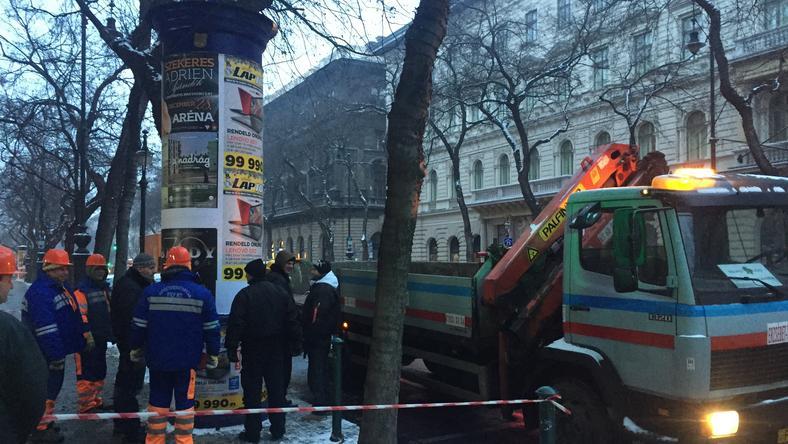 Órákig ment a huzakodás az Andréássy úti oszlop körül, pedig még több, mint 700 ilyen építmény van Budapesten / Fotó: Csizmadia Ádám