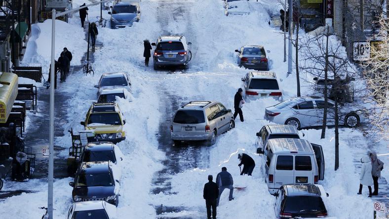 New York széles utcáin tegnap csak ott lehetett járni, ahonnan már ellapátolták a havat / Fotó: MTI