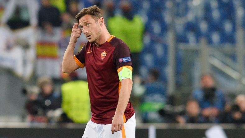 Totti foghatja a fejét /Fotó: AFP