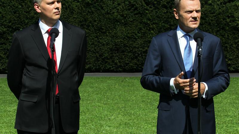 Premier Donald Tusk (P) i minister obrony Tomasz Siemoniak (L) , fot. PAP/Radek Pietruszka