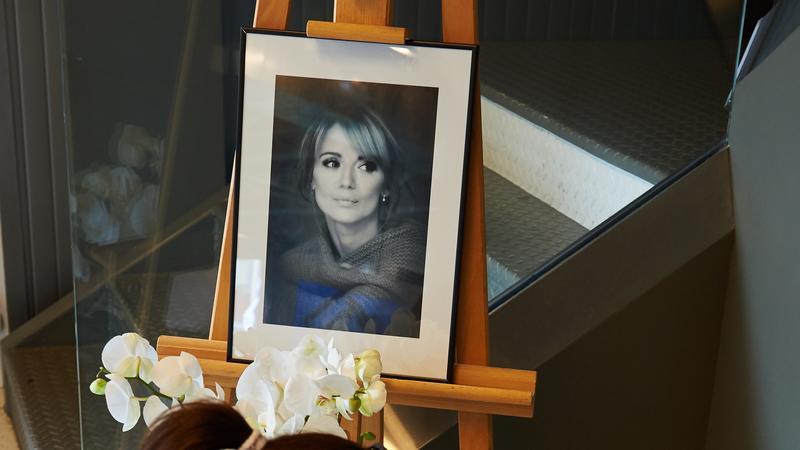 Zdjęcie Anny Przybylskiej umieszczone przy księdze kondolencyjnej