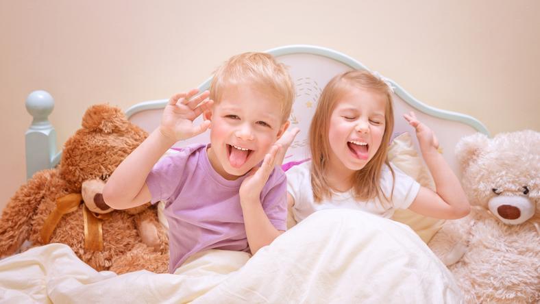 Gyerekek örvendeznek az ágyon/ Fotó: Northfoto