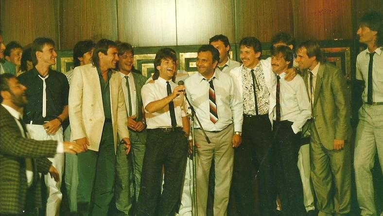 Együtt énekelte focistáival a Meglátja, mester, menni fog c. nótát