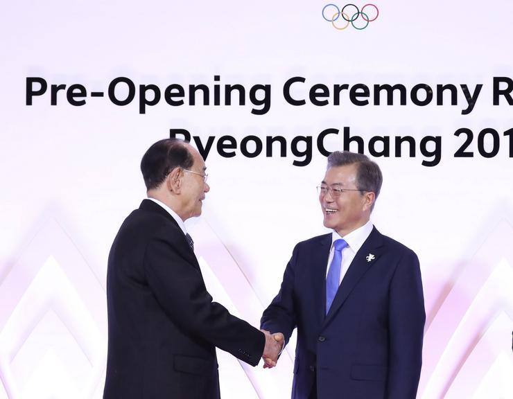 Kim Jong Nam névleges észak-koreai államfőt, az észak-koreai Legfelsőbb Népi Gyűlés Elnökségének elnökét (balra) fogadja Mun Dzse In dél-koreai elnök /Fotó: MTI