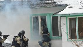 Akcja antyterrorystów w opuszczonych budynkach