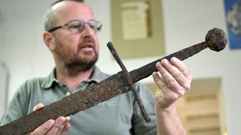 Kertész Róbert mutatta meg a kétkezes kardot, ami a földből került elő / Fotó: MTI-Mészáros János