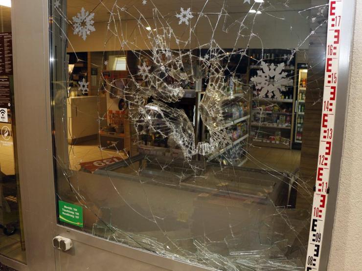 Az egyik fából készült ládát addig csapkodta az ablakhoz, amíg az üveg ki nem tört / Foto:Police