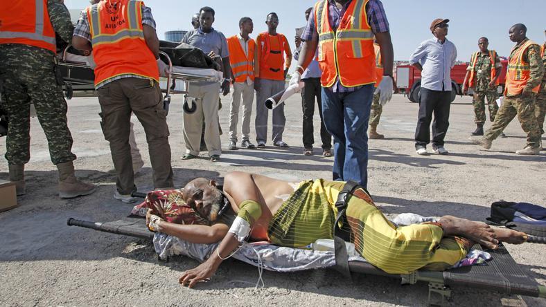Szomáliai sérült férfi fekszik hordágyon / Fotó: MTI