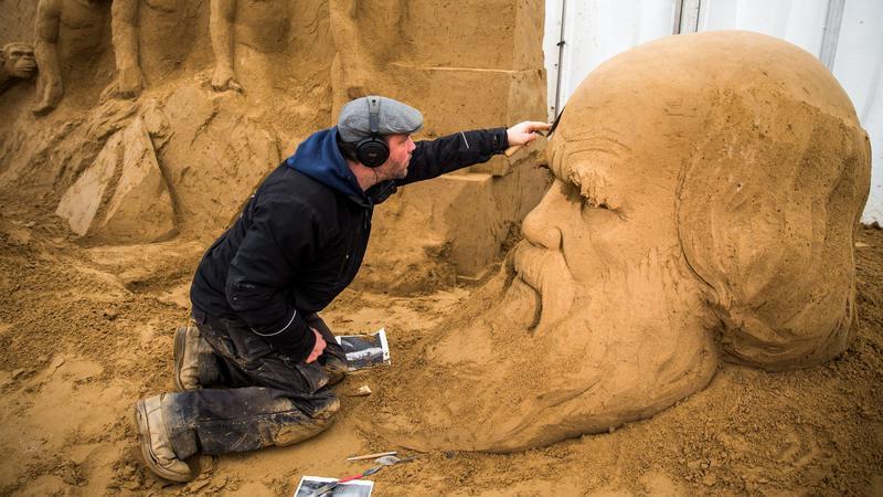 Monostori Ferenc dolgozik egy Darwin portrén / Fotó: MTI