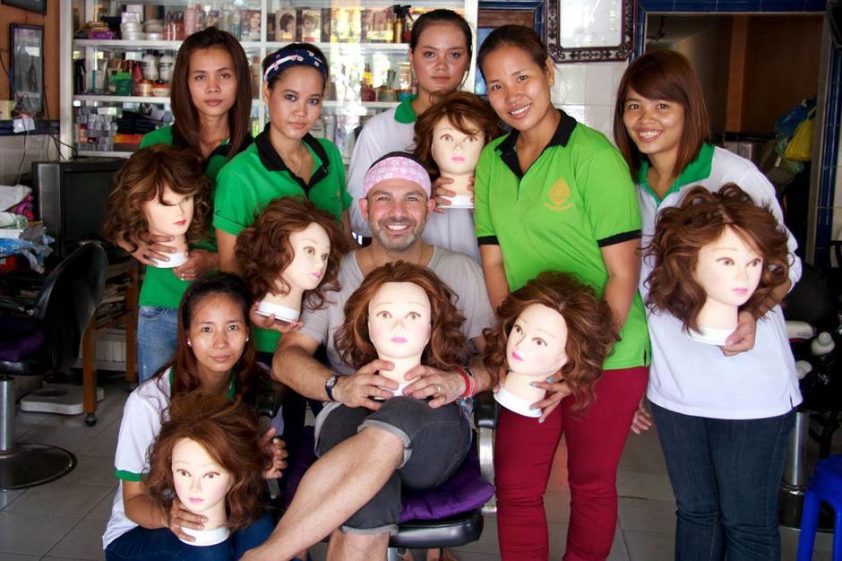 Na zdjęciu Michael Angelo z Neang Hok (druga od prawej) oraz uczennicami z Kambodży/ fot. Wonderland Beauty Parlor