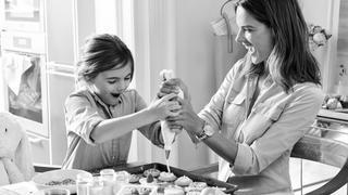 Alessandra Ambrosio w kampanii Michaela Korsa razem z córeczką Anją