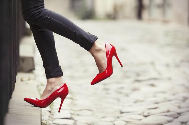 Prosty trik, który eliminuje przykre skutki chodzenia na wysokich obcasach