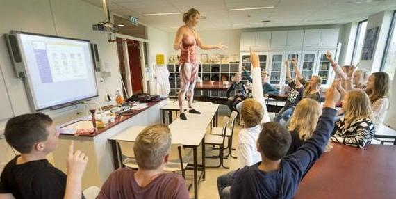 Nauczycielka biologii rozebrała się na lekcji