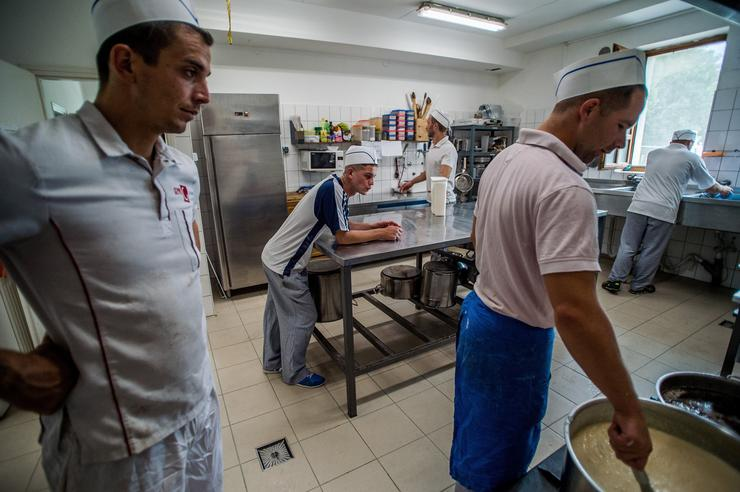 A konyhaszolgálatos csoport. Naponta háromszor van étkezés, és hatnaponta új csapat foglalja el a konyhát / Fotó: MTI / Balogh Zoltán