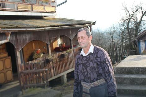 Milivoje Bogojević ispred porodicne kuće
