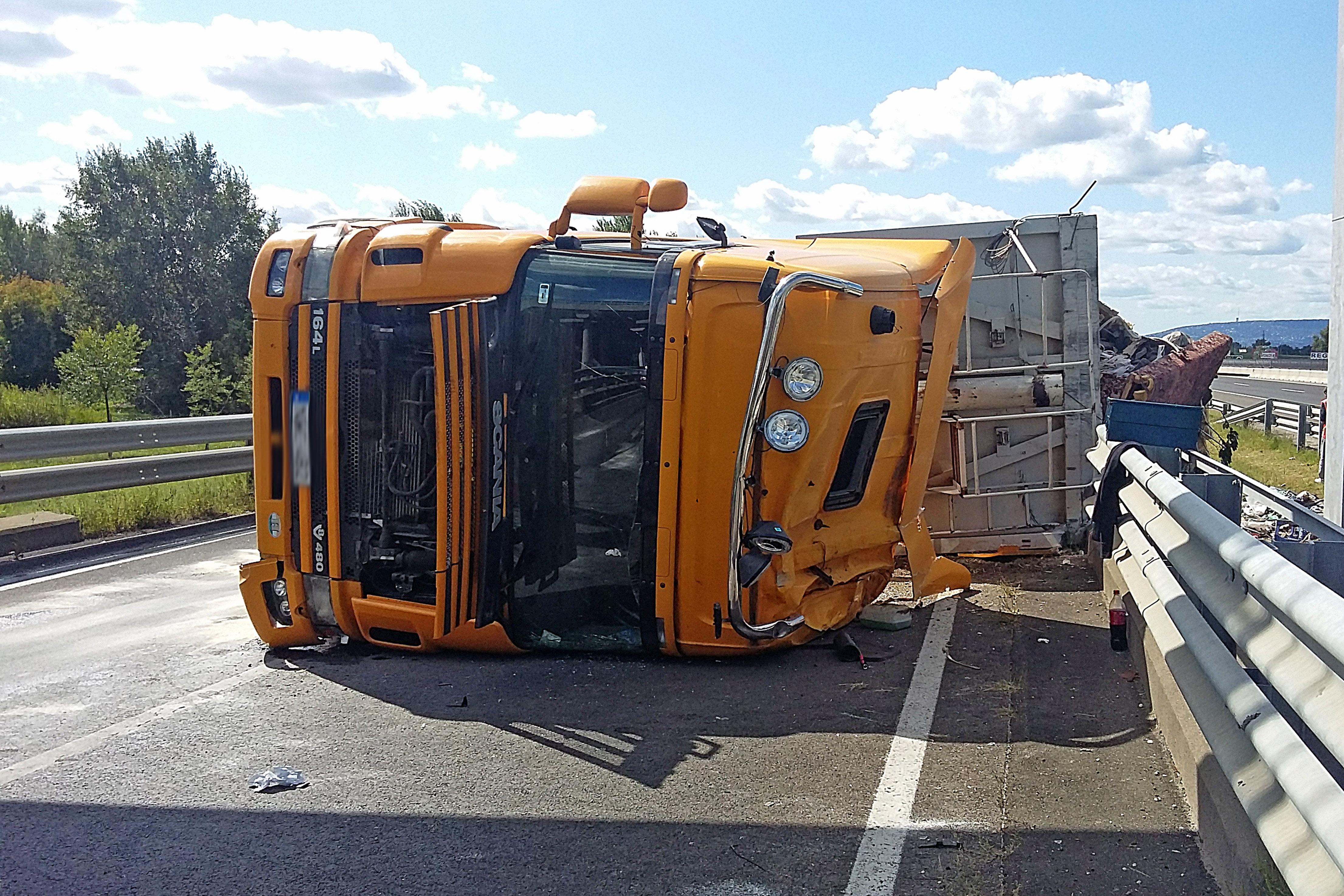 Felborult egy kamion az M3-ason, mindent beborított a szeméthalom - fotók