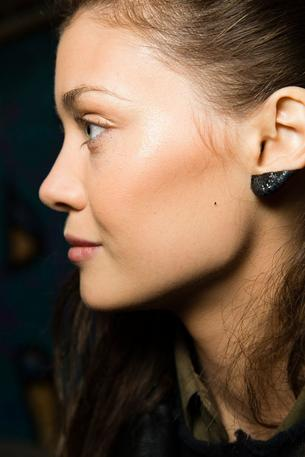 Makijaż uszu podbija instagram
