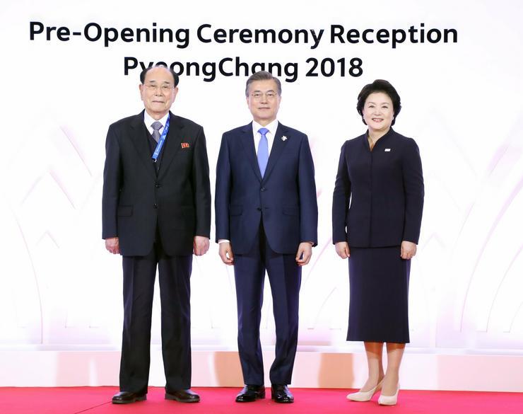 Kim Jong Nam névleges észak-koreai államfő, az észak-koreai Legfelsőbb Népi Gyűlés Elnökségének elnöke, valamint Mun Dzse In dél-koreai elnök és felesége, Kim Dzsung Szuk  /Fotó: MTI