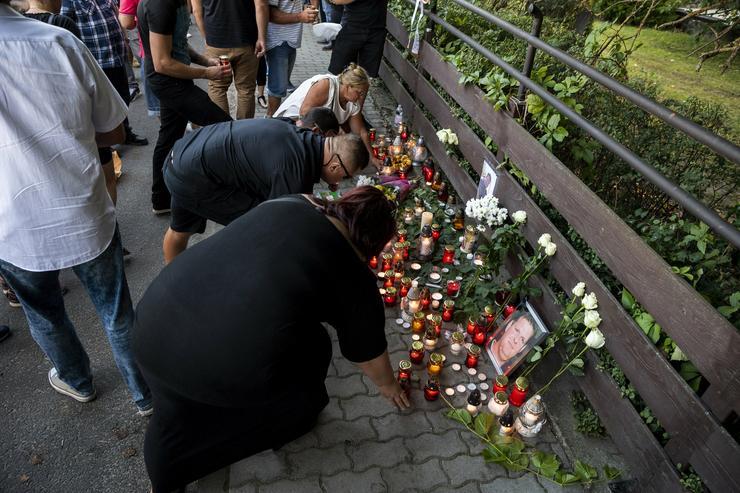 A badacsonyi Egry József Emlékmúzeumnál mécsesekkel és virágokkal búcsúztak a fiatal borásztól/ Fotó: MTI Mónus Márton