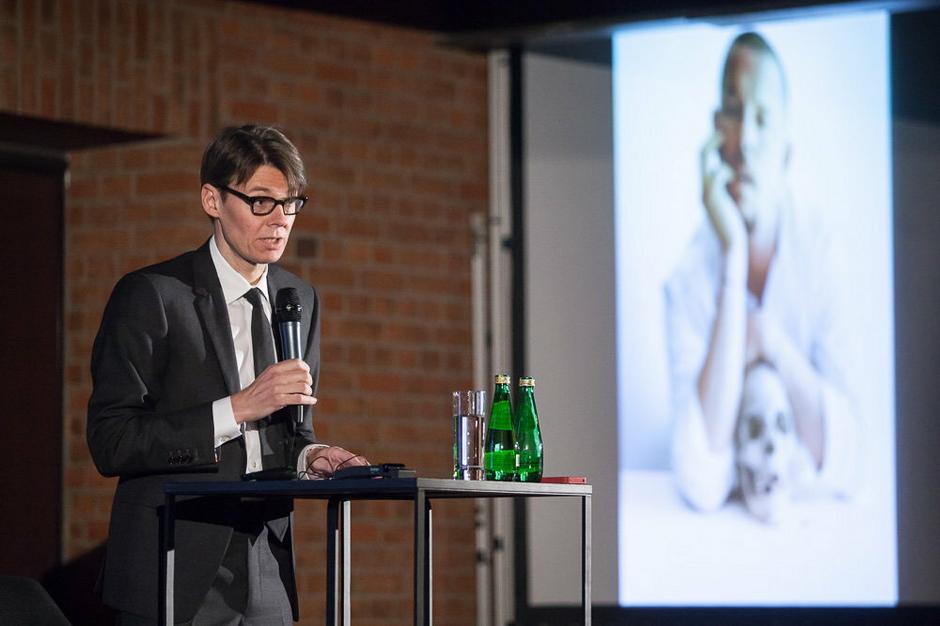 Andrew Bolton podczas wykładu OpenUniversity Art&Fashion Festival
