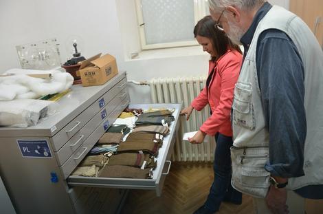 Kolekcija Teslinih šalova i čarapa