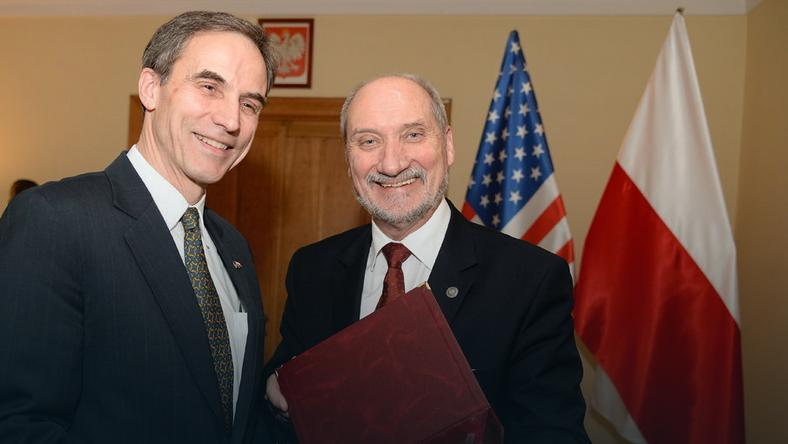 Antoni Macierewicz z uśmiechem podziękował za patrioty amerykańskiemu ambasadorowi Paulowi Jonesowi, fot. flickr/MON