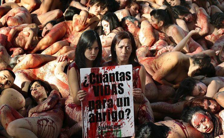 És a tiltakozók pedig, mint ahogy az a képeken is látszik, meztelenek / Fotó: MTI