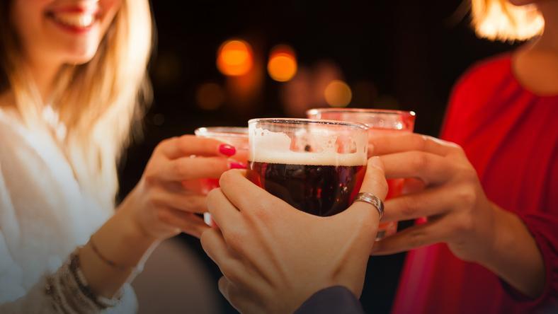 Alkoholu nadużywa coraz więcej młodych dobrze wykształconych ludzi