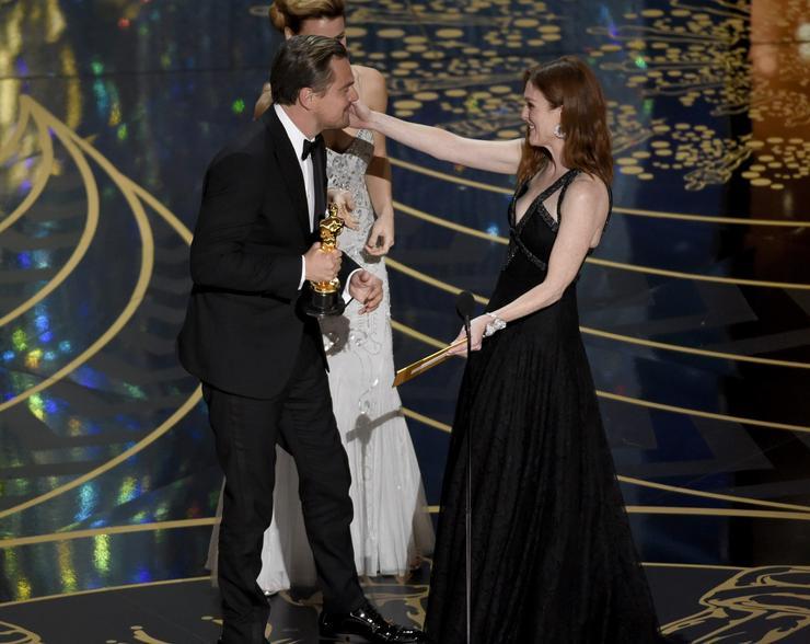 Régóta várt pillanat: Leonak Julianne Moore gratulált/Fotó: MTI