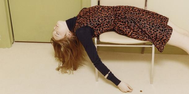 Seksowna na zabój? Modelka w kampanii Victorii Beckham udaje martwą…