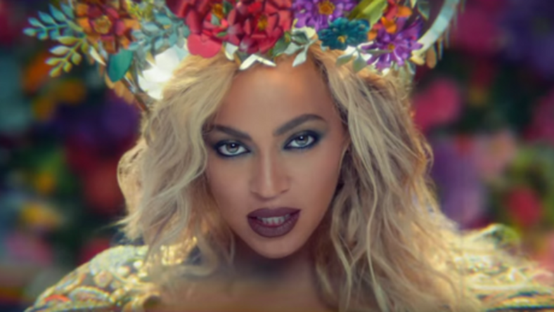 Beyoncé az indiai Hollywood híres színésznőihez hasonló öltözetben és sminkben jelenik meg /Fotó: YouTube