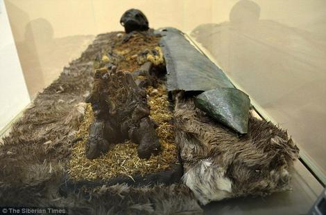 Odrasli muškarac (verovatno iz 13. veka) bio je uvijena u krzna i prekriven bakrom