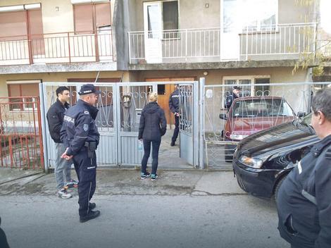 Dramatično: Policija i socijalni radnici ispred kuće u beogradskom naselju Kaluđerica