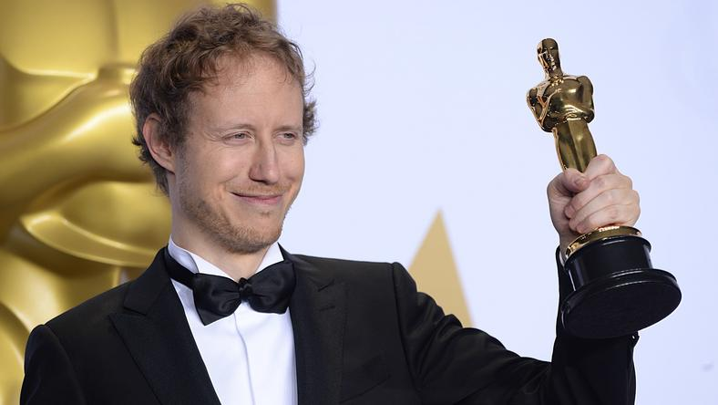 Nemes Jeles László az Oscar-díjjal a kezében/ Fotó: Northfoto