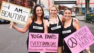 Niecodzienna parada kobiet w legginsach