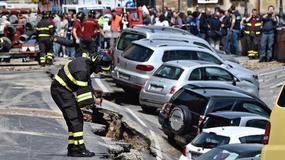 Ogromna rozpadlina w centrum Florencji. Do wyrwy wpadło 20 samochodów