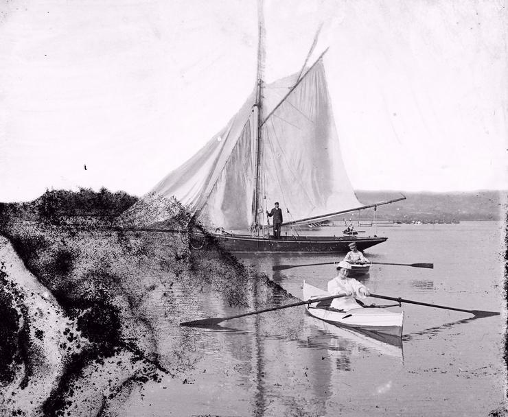 1908-  Csónakkikötő vitorlással mögötte a Sziget-strand és a hajókikötő háttérben a Keszthelyi-hegység / Fotó: Fortepan