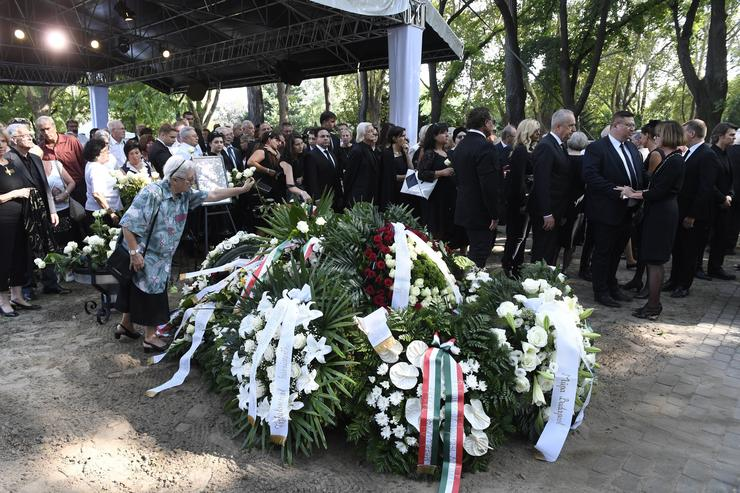 A résztvevők részvétüket fejezik ki az elhunyt özvegyének a Fiumei úti sírkert művészparcellájában/Fotó: MTI -Koszticsák Szilárd