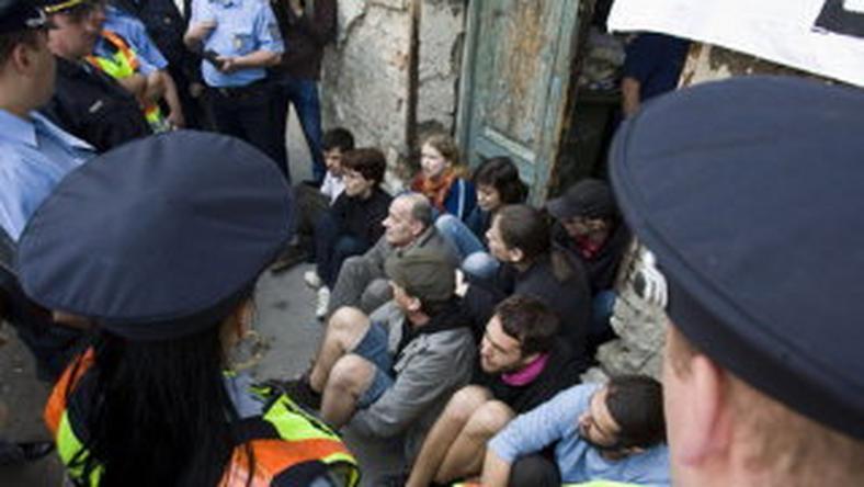 Elvitték a rendőrök a kilakoltatás ellen tiltakozókat
