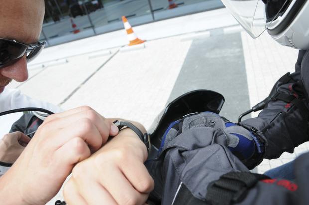 Pierwszy przystanek i pierwsze pomiary, Mateusz elektrycznym rowerem dojechał prawie 14 minut później.