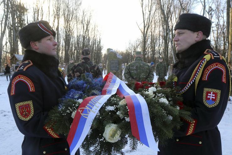 Szlovák katonák az obeliszknél / Fotó: MTI - Vajda János