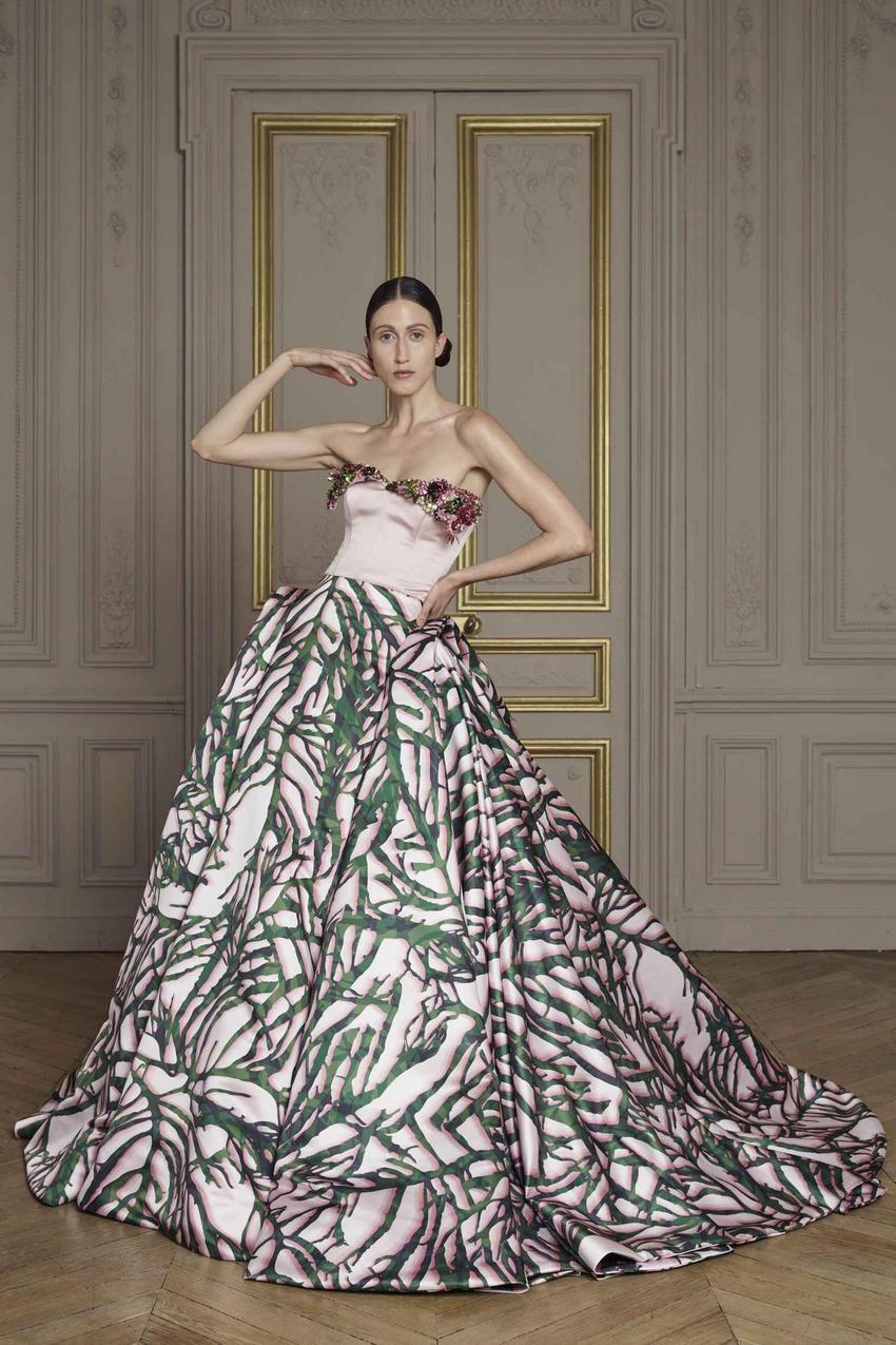 Drapowana suknia z wzorzystego różowego jedwabiu z gorsetem zdobionym haftem / kolekcja Giles Deacon Couture