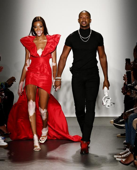 Winnie Harlow és Laquan Smith modellek végülis egy partin jól mutató darabokat mutattak be / Fotó: Getty Images